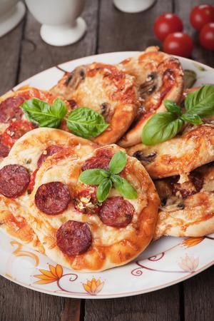 comidas rapidas: Mini pizzas con salami, queso y tomate