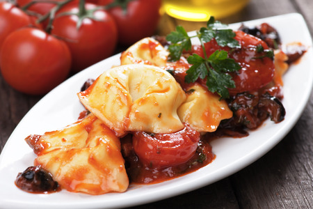 salsa de tomate: Pastas italianas del tortellini con salsa de tomate y aceite de oliva