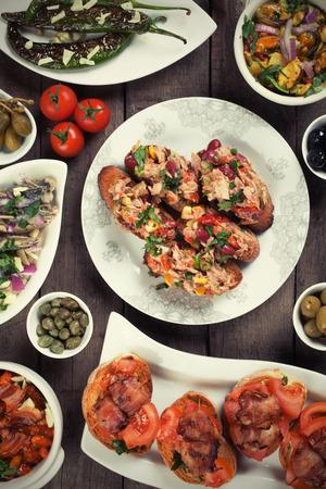 tapas españolas: Comida de tapas españolas, saludable buffet frío mediterráneo Foto de archivo