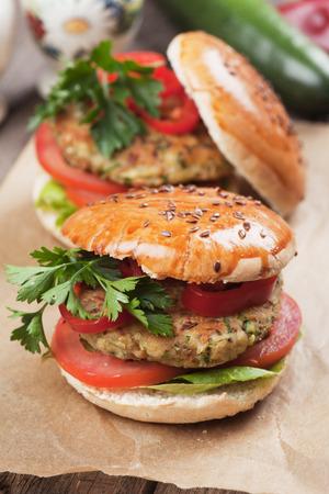 comida rapida: Hamburguesa vegetariana con tomate y lechuga, versi�n vegetariana saludable de la comida r�pida americana cl�sica Foto de archivo