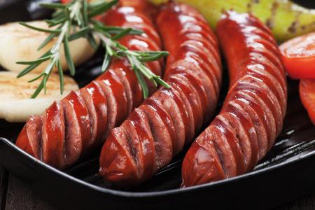 embutidos: embutidos y verduras a la parrilla de asar en cacerola