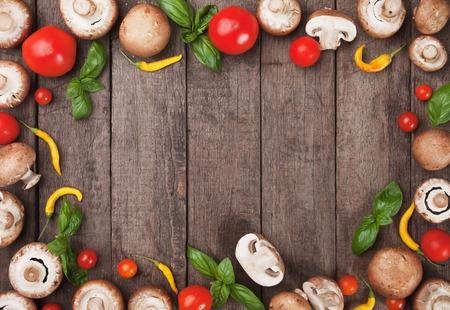 Marco de setas y verduras en la tabla mesa de madera