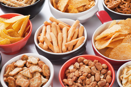 botanas: palos grisines, papas fritas y otros aperitivos salados Foto de archivo