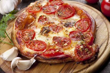 comida italiana: Puff pasteles pizza margherita con queso y tomate