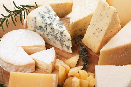 Assorted Käse auf Holz-Platte, reichhaltiges und gesundes Frühstück oder Snack Food