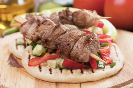 comida rapida: Souvlaki o kebab con ensalada de verduras en pan de pita