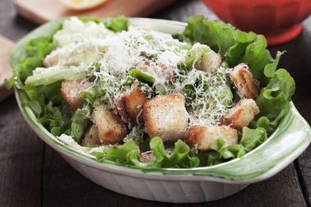 ensalada cesar: Classic caesar salad with roman lettuce, croutons, parmesan cheese and dressing Foto de archivo