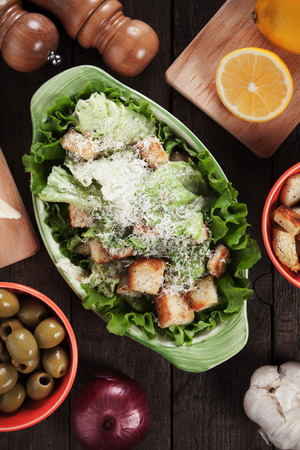 ensalada cesar: Classic caesar salad with lettuce,croutons, parmesan cheese and dressing Foto de archivo