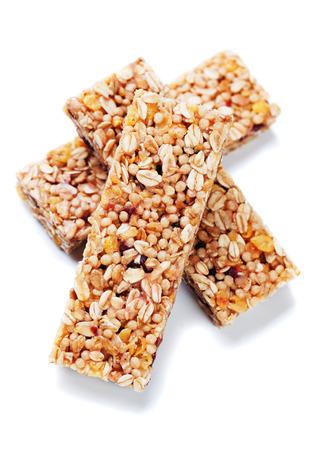 barra de cereal: barras de granola con cereales y frutos secos aislados sobre fondo blanco