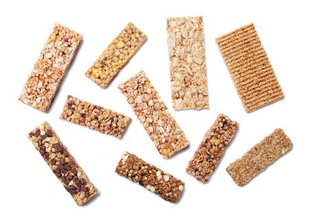 barra de cereal: barritas de cereales, aperitivos de cereales aisladas sobre fondo blanco