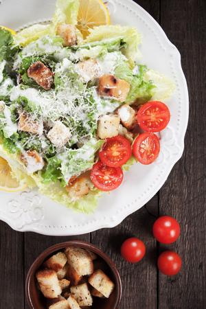 ensalada César con lechuga romana, crutones, queso y aderezo