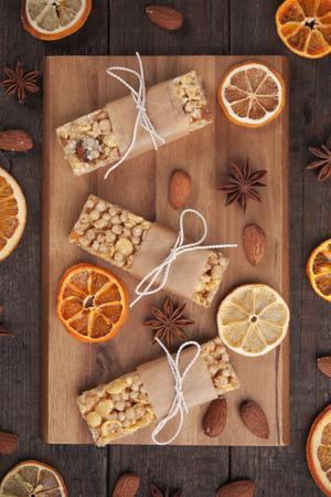 barra de cereal: barras de granola con cereales y frutos secos en la mesa de madera