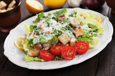 ensalada cesar: ensalada César con lechuga romana, crutones, queso parmesano y aderezo Foto de archivo