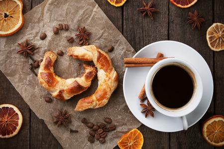 Fresh croissant fatti in casa con caffè nero e spezie aromatiche Archivio Fotografico