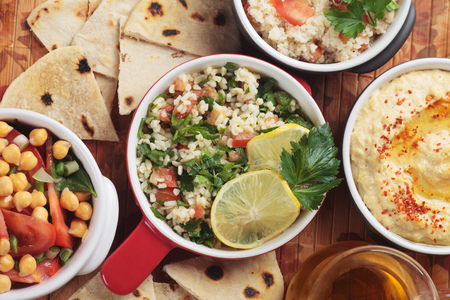 Tabbouleh, middle eastern salad with bulgur wheat pasta, tomato and parsley Imagens