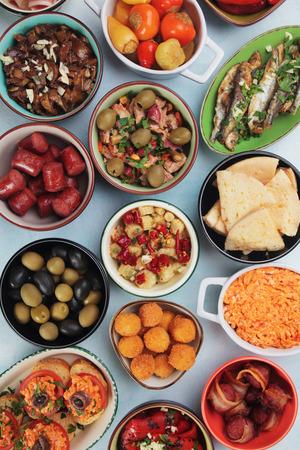 tapas españolas: comida de buffet frío mediterráneo conocido como tapas, entremeses o meze Foto de archivo
