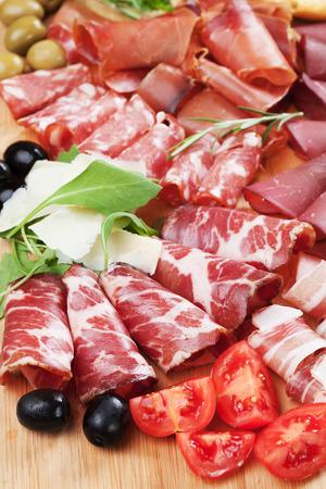 charcutería: con junta charcutería italiana curada estilo carne, sobrasada, panceta, bresaola, salami y jamón