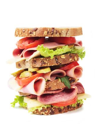 bocadillo: Gran mortadela de Bolonia o sándwich de salchicha aislados sobre fondo blanco