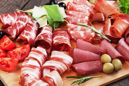 con junta charcutería italiana curada estilo carne, panceta, bresaola, sobrasada, embutidos y jamón Foto de archivo