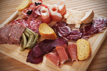 charcutería: Charcuterie board with cured meat, bread and olives Foto de archivo