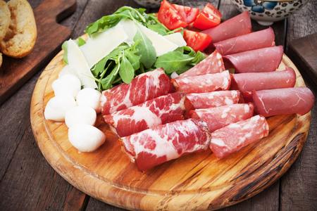 charcutería: Placa de charcutería con carne italiana curada, queso y cohetes
