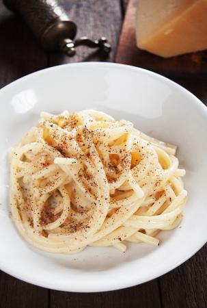 pepe: Italian cacio e pepe spaghetti pasta with cheese and peppercorn Stock Photo