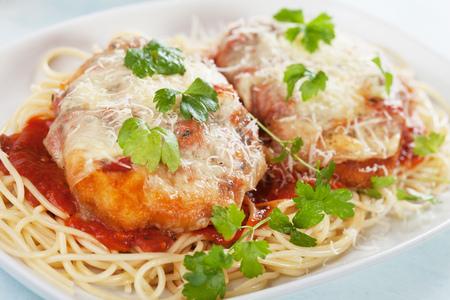 パルメザン チキン チーズとトマトソース スパゲッティ パスタを提供しています 写真素材