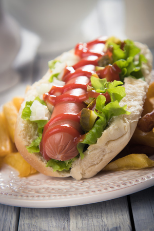 Classic american hot dog sandwich with pork or beef sausage Foto de archivo