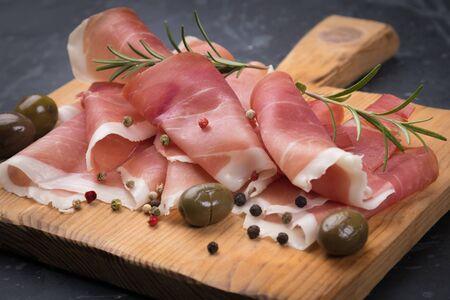 Lonchas de jamón curado similar al prosciutto italiano o al jamón ibérico español