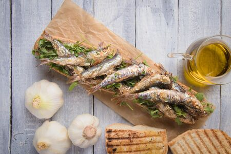 Grilled sardine fish sandwich with garlic and olive oil Zdjęcie Seryjne