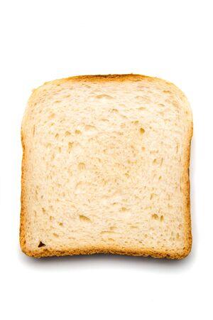 Rebanada de pan con untar en la parte superior aislado sobre fondo blanco.