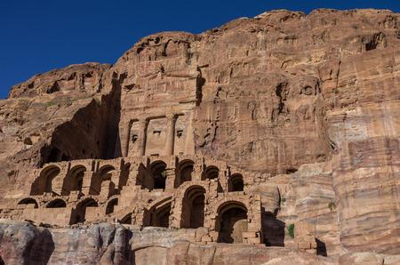 tumbas: Tumba de urna - una de las tumbas reales. Petra, Jordania. Nadie