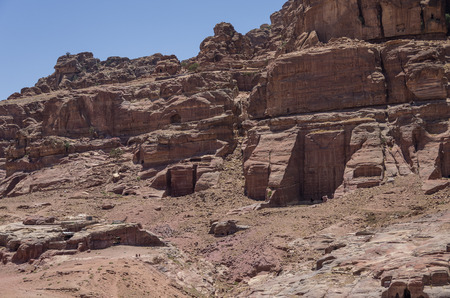 tumbas: tumbas rupestres en la montaña Umm al-Biyara. Petra, Jordania Foto de archivo