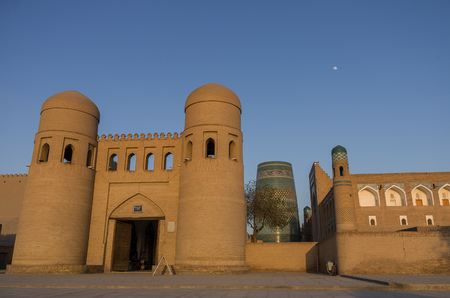 ata: Wall of Itchan Kala (Ichon Qala) - west gate (Ata Darvoza) - Khiva, Xorazm Province - Uzbekistan - Town on the silk road Stock Photo