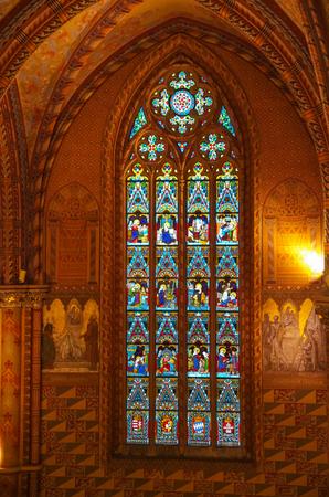 Budapest, Hungría - 19 de mayo de 2010: vidriera en la iglesia católica romana de Matías. Budapest, Hungría