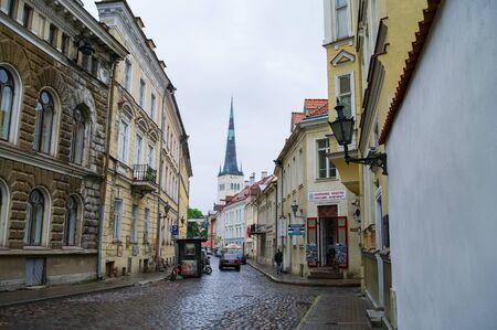 Tallinn, Estonia - March 27, 2010: Narrow street in the old town of Tallinn, Estonia Banco de Imagens