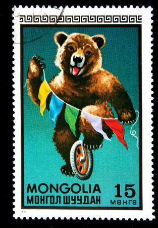 animales de circo: Un sello imprimido en Mongolia muestra oso en el monociclo en el circo, un sello de serie, alrededor del a�o 1973  Foto de archivo