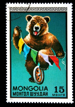 animaux cirque: Un timbre imprim� en Mongolie montre des ours sur le monocycle dans le cirque, un timbre de la s�rie, vers 1973 Banque d'images