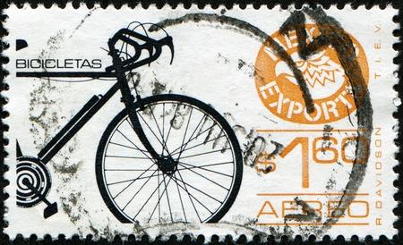 MEXICO - CIRCA 1986: A stamp printed in Mexico shows bicycle, circa 1986 Foto de archivo