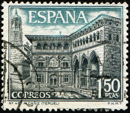 timbre postal: Espa�a - CIRCA 1937: Un sello impreso en Espa�a muestra edificio del Ayuntamiento (siglo 16) y el Mercantile Exchange (siglo 15) en Alca�iz, alrededor de 1937