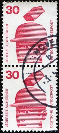 definitive: Alemania - CIRCA 1974: Un sello imprimido en Alemania muestra la imagen de la dedicada a la prevenci�n de accidentes y seguridad en cualquier momento es el nombre de una serie de sello definitivo alem�n, alrededor de 1980 Foto de archivo