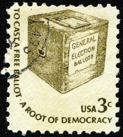democracia: Estados Unidos de Am�rica - CIRCA 1977: Un sello imprimido en la muestra de Estados Unidos un urnas y la redacci�n