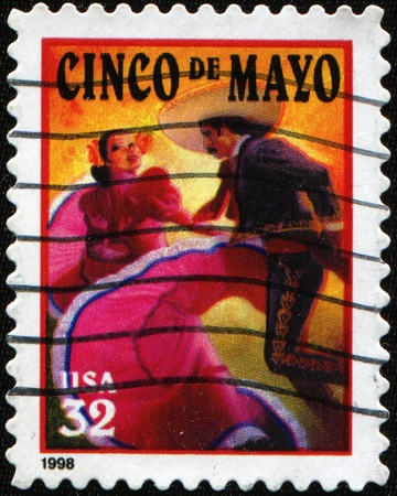 UNITED STATES OF AMERICA - CIRCA 1998: A stamp printed in the USA shows salute to the holiday Cinco de Mayo, circa 1998 Foto de archivo