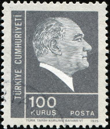 statesman: Turchia-CIRCA 1975: un timbro Mostra immagine ritratto Mustafa Kemal Ataturk era un turco, statista, scrittore e fondatore della Repubblica di Turchia, come pure il primo Presidente turco, circa 1975