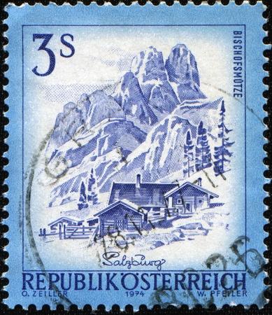 AUSTRIA - alrededor de 1974: Un sello impreso en espectáculos de Austria Bischofsmutze en Salzburgo, alrededor de 1974