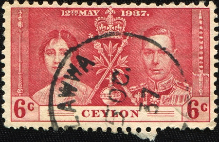 vi: CEYLON - CIRCA 1937: A stamp printen in Ceylon honoring coronations of the British monarch, 11 December 1936, shows King George VI and Queen consort Elizabeth Bowes-Lyon