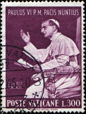 paulus: VATICAN - CIRCA 1965: A stamp printed in Vatican shows Pope Paul VI, born Giovanni Battista Enrico Antonio Maria Montini