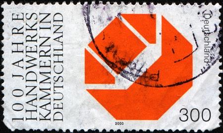 Alemania - alrededor de 2000: Un sello impreso en la República Federal de Alemania honor del centenario de cámaras de artesanías, muestra el emblema, alrededor del año 2000