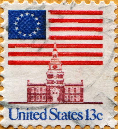 timbre postal: ESTADOS UNIDOS DE AMÉRICA - CIRCA 1975: Un sello impreso en los EE.UU. muestra del pabellón sobre Salón de la Independencia, alrededor de 1975