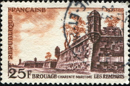 postes: FRANCE - CIRCA 1955: A stamp printed in France shows ramparts of Brouage, a 17th Century fortress, series, circa 1955